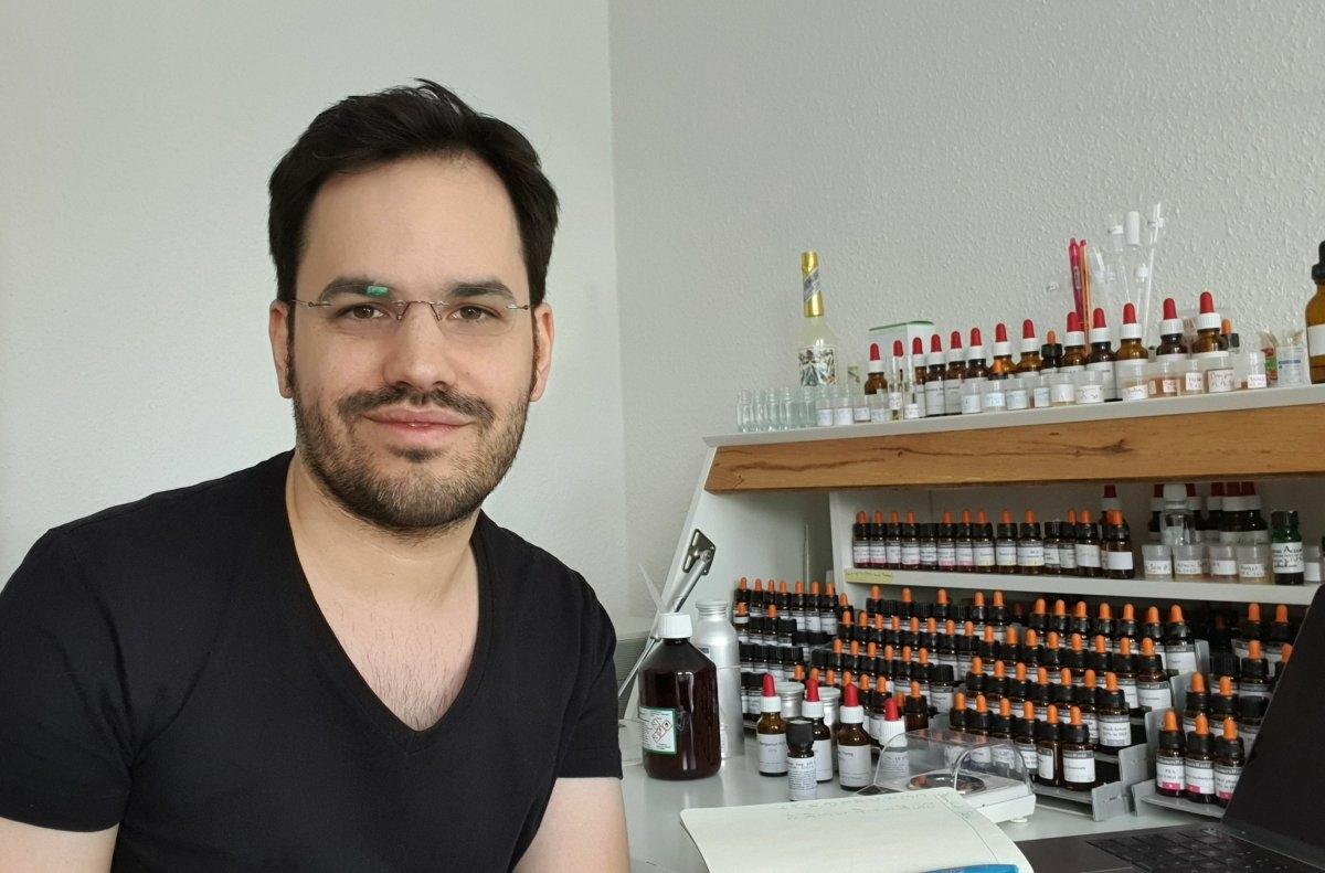 David Heinsson im Parfum Labor